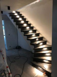 stenen trap met lichtjes